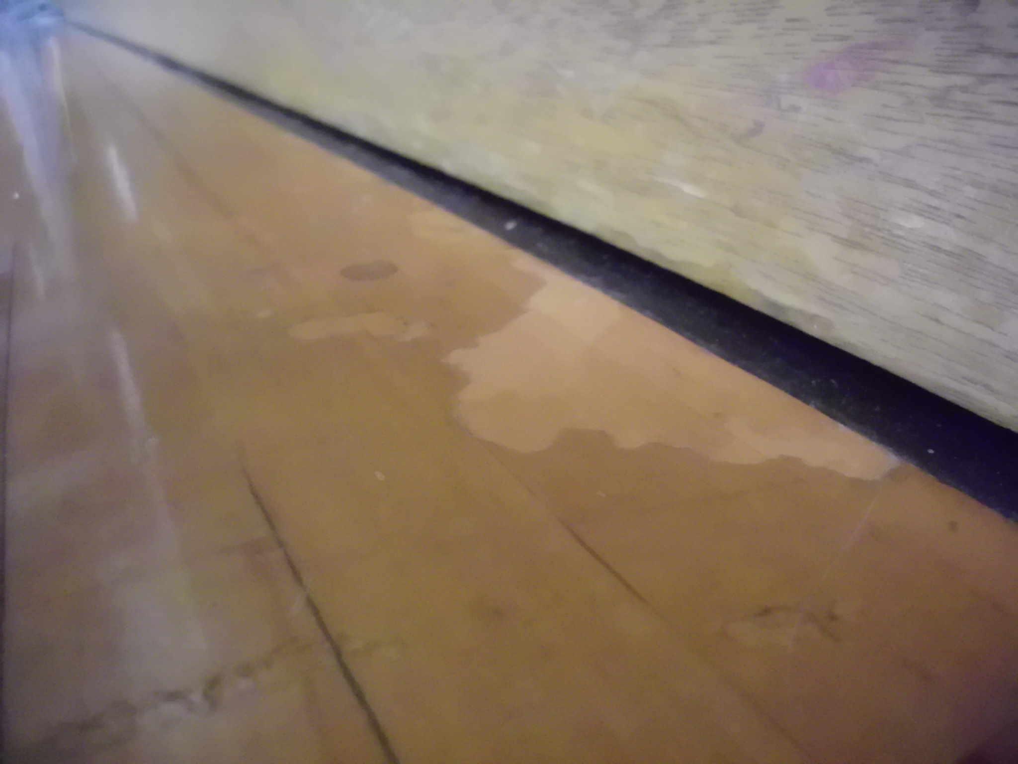 ワックスを塗り重ねたことで起きた剥がれや目地の浮き・剥離2